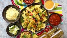 Mexicanska nachostortillachiper med den svarta b?nan, jalapeno, guacamole arkivfilmer
