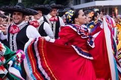 Mexicanska pojkar och flickor i traditionell folk färgrik dräkt dansar på festivalen Royaltyfria Foton