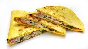 Mexicanska quesadillas med isolerade ost, grönsaker och salsa royaltyfria foton