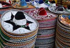 Mexicanska sombrero i presentaffär Arkivfoton