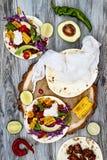 Mexicanska taco med avokadot, långsamt lagat mat kött, grillad havre, vitkålssallad för röd kål och chilisalsa på den lantliga st royaltyfri fotografi