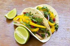 Mexicanska taco med den grillade fega filén, nya grönsaker och royaltyfri fotografi