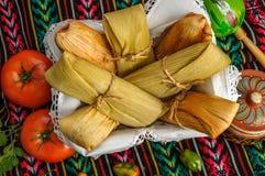 Mexicanska tamales som göras av havre och höna royaltyfria foton