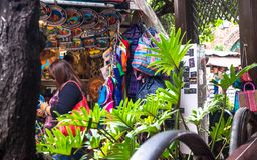 Mexicanska traditionella souvenir för köpande på den Olvera gatan Historisk turist- dragning Los Angeles, USA Fotografering för Bildbyråer