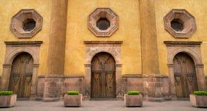 Mexicanskt kolonialt stilhus i Queretaro Mexico, klassiska wood dörrar arkivfoto