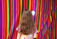 Mexicanskt multicolor tyg och flicka Arkivbilder