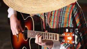 Mexicanskt plan för lekgitarrnärbild som spelar gitarren stock video