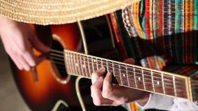 Mexicanskt plan för lekgitarrnärbild som spelar gitarren arkivfilmer