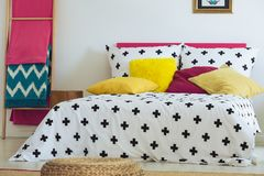 Mexicanskt sovrum med den flätade puffen royaltyfria foton