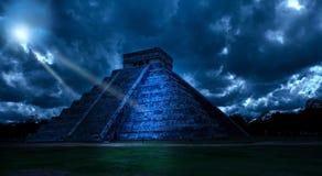 mexico Chichen Ittsa Kukulkans pyramid i ett mystiskt månsken arkivfoton