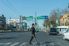MEXICO-CITY, MEXICO - FEBRUARI, 9 2015 - mariachi kleedde de mens die de straat kruisen Royalty-vrije Stock Fotografie