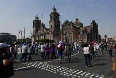 Mexico-City, 7 Mexico-Januari, 2017: Protesteerders maart in de straten na en de verhoging van benzineprijzen Stock Fotografie