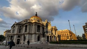 MEXICO-CITY, MEXICO - OKTOBER 13, 2015: Bellas Artes in zacht avondlicht timelapse stock video