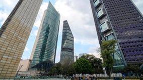 MEXICO-CITY, MEXICO - OKTOBER 10, 2015: Wolkenkrabbers in Avenida Reforma timelapse stock videobeelden