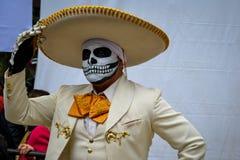 Mexico-City, Mexico; November 1 2015: Portret van een Mexicaanse charromariachi in vermomming bij de Dag van de Dode viering in m stock fotografie