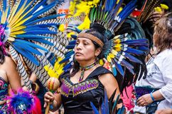 Mexico-City, Mexico - Oktober 28, 2018 Azteekse dansers die in Zocalo dansen royalty-vrije stock fotografie