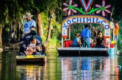 Mexico-City, Mexico - Oktober 24, 2018 Xochimilcokanalen Eiland van Doll royalty-vrije stock fotografie