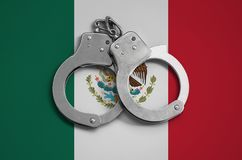 Mexico flagga- och polishandbojor Begreppet av efterlevnad av lagen i landet och skydd från brott arkivfoto