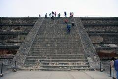 Mexico, Mexique - 22 novembre 2015 : Regardez vers le haut des étapes d'une ruine chez Teotihuacan à Mexico, avec des personnes s Photographie stock