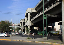Mexico, Mexique - 25 novembre 2015 : San Antonio Viaduct à Mexico semblant occidental, croisant au-dessus de la révolution d'aven Photos libres de droits
