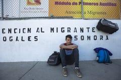 Mexico - Nogales - Migranten wachten het openen van Iniciativa Kino royalty-vrije stock afbeeldingen