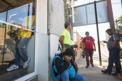 Mexico - Nogales - Migranten wachten het openen van Iniciativa Kino stock afbeelding
