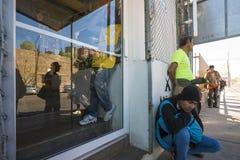 Mexico - Nogales - Migranten wachten het openen van Iniciativa Kino stock fotografie