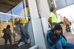 Mexico - Nogales - Migranten wachten het openen van Iniciativa Kino stock afbeeldingen