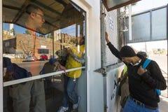 Mexico - Nogales - Migranten wachten het openen van Iniciativa Kino royalty-vrije stock foto's