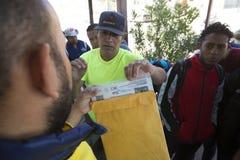 Mexico - Nogales - Migranten wachten het openen van Iniciativa Kino stock foto's