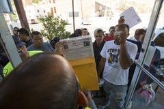 Mexico - Nogales - Migranten wachten het openen van Iniciativa Kino royalty-vrije stock afbeelding