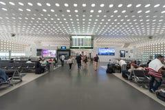 MEXICO - OKTOBER 19, 2017: Mexico - internationell flygplats för stad Benito Juarez Airport Avvikelseområde Tullfritt shoppar Arkivfoto