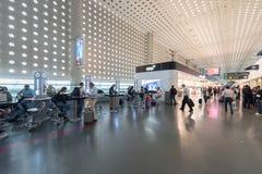 MEXICO - OKTOBER 19, 2017: Mexico - internationell flygplats för stad Benito Juarez Airport Avvikelseområde Tullfritt shoppar Royaltyfri Bild