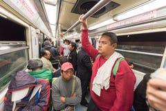 MEXICO - OKTOBER 19, 2017: Mexico tunnelbana och tunnelbanagångtunneldrev med morgonrutten och sovafolk royaltyfri bild