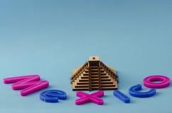 mexico Pyramid och bokstäver Arkivbilder