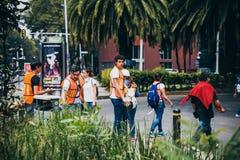 MEXICO - SEPTEMBER 20: Civilt folk som ställa upp som frivillig för att hjälpa att rädda jordskalvoffer Royaltyfri Bild