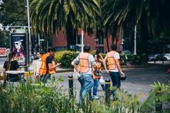 MEXICO - SEPTEMBER 20: Civilt folk som ställa upp som frivillig för att hjälpa att rädda jordskalvoffer Arkivbild