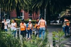 MEXICO - SEPTEMBER 20: Civilt folk som ställa upp som frivillig för att hjälpa att rädda jordskalvoffer Royaltyfria Bilder
