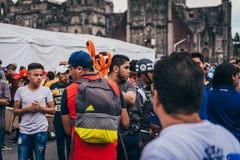 MEXICO - SEPTEMBER 20: Folk som ställa upp som frivillig på en samlingsmitt för att samla bestämmelser och tillförsel för jordska Arkivfoton