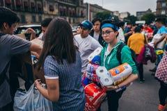 MEXICO - SEPTEMBER 20: Folk som ställa upp som frivillig på en samlingsmitt för att samla bestämmelser och tillförsel för jordska Royaltyfria Bilder