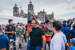 MEXICO - SEPTEMBER 20: Folk som ställa upp som frivillig på en samlingsmitt för att samla bestämmelser och tillförsel för jordska Royaltyfri Bild