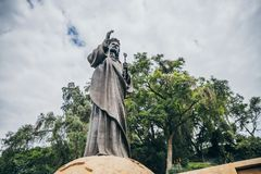 MEXICO - SEPTEMBER 20: Jesus staty på Tepeyac kullar bak basilika av Guadalupe Square Royaltyfri Fotografi