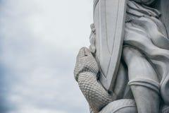 MEXICO - SEPTEMBER 20: Stäng sig upp av en orm och en skyddsängelstaty på de Tepeyac kullarna Royaltyfri Fotografi