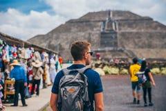 MEXICO - SEPTEMBER 21: Turist med en ryggsäck och solglasögon som går in mot pyramiden av solen royaltyfria foton