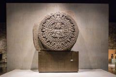 MEXICO - STAD - AUGUSTI 1, 2016: Aztec kalender inom inre av det nationella museet av antropologi i Mexico - stad Royaltyfri Fotografi