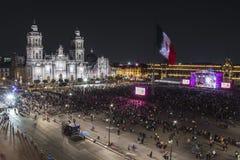 MEXICO - STAD - FEBRUARI 7, 2018: Zocalo i Mexico - ferie för stadssjälvständighetberöm på nattetid royaltyfria foton