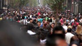 Mexico - stad, Mexico-CIRCA Juni, 2014: Folkmassa som går till och med gatan lager videofilmer
