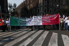 Mexico - stad, Mexico-Januari 7, 2017: Personer som protesterar marscherar i gatorna after och förhöjning i bensinpriser Arkivfoto