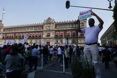 Mexico - stad, Mexico-Januari 7, 2017: Personer som protesterar marscherar i gatorna after och förhöjning i bensinpriser Fotografering för Bildbyråer