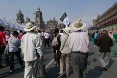 Mexico - stad, Mexico-Januari 7, 2017: Personer som protesterar marscherar i gatorna after och förhöjning i bensinpriser Arkivbild